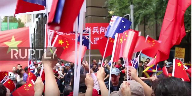 VIDEO: Cheers and boos greet China's premier Li Keqiang as supporters and protestors descend on Sydney hotel